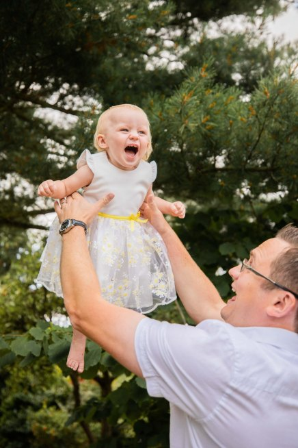 dad_with_daughter_in_air